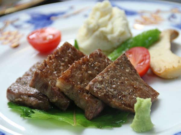飛騨牛のステーキ。驚くほど柔らかく、上質な肉汁があふれます。