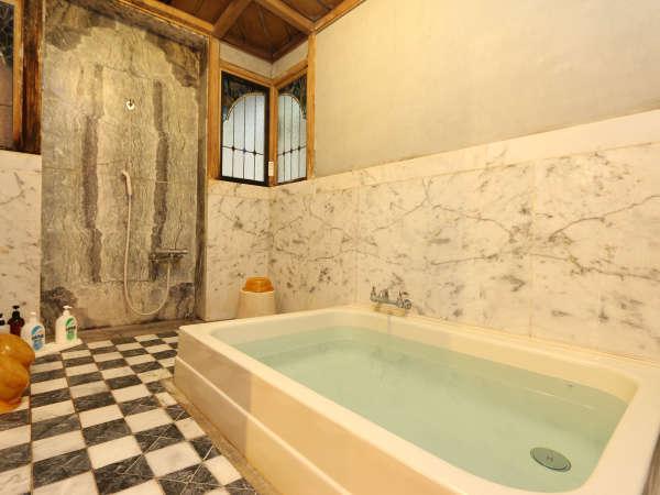 最古の大理石浴槽に、日本三大銘水の一つに認定され、「不老」の効能が伝えられる養老天然水を贅沢に使用。
