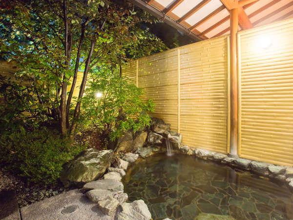 【温泉】男性用露天風呂。和の趣ある露天風呂です。