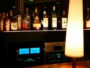GlassBarにあるJBLスピーカーから流れる音楽に酔いしれるのもフラノでの過ごし方の一つ