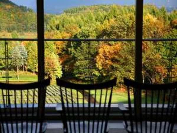 紅葉の時季は美しい景観も愉しみのひとつに。