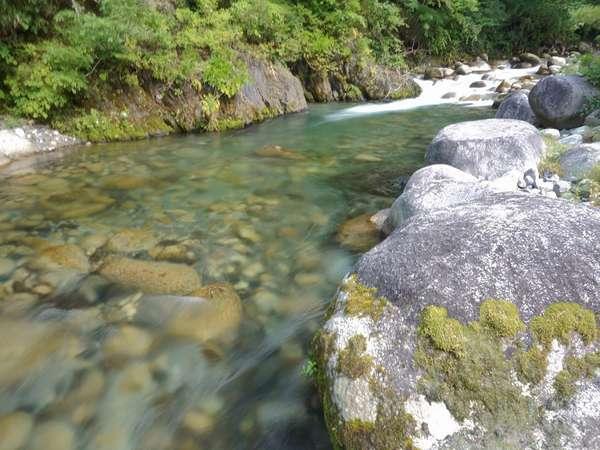 旅館前に流れる渓流
