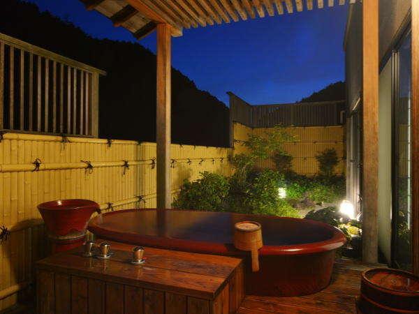 二の館:陶器風呂付き客室の陶器風呂(露天風呂タイプ) (写真は一例)
