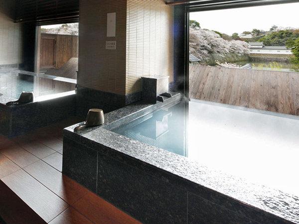 城見の湯/旅先での疲れを癒す大浴場からは、国宝 彦根城を一望いただけます。