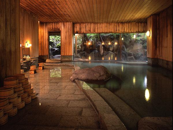 天井や壁までが桧の内湯「鯛の湯」。さらりとした美肌の湯。地元のお客様にも大好評の温泉です。