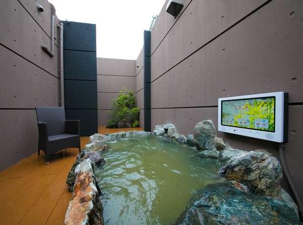 客室に備わる露天風呂(岩風呂)テレビ付き