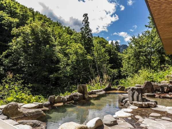 【大浴場】「山月の湯」露天…視界を遮るもののない野趣溢れる露天からは四季折々の絶景が愉しめます。