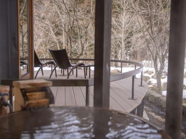 【離れ】「天の坐・嵐亭」客室一例。解放感溢れる大きな窓から望む四季折々の庭園風景は天の坐の魅力の一つ