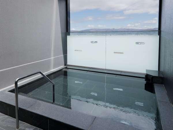 解放感のある露天風呂で函館駅を眺めながらご入浴ください