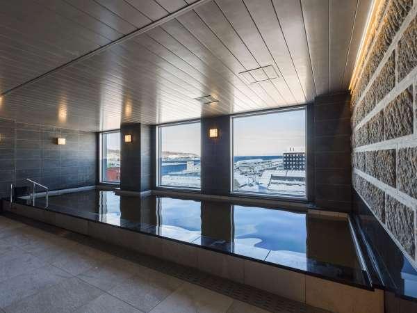 天然温泉(男湯)本館最上階に位置し、四季折々の小樽運河をお楽しみいただけます!