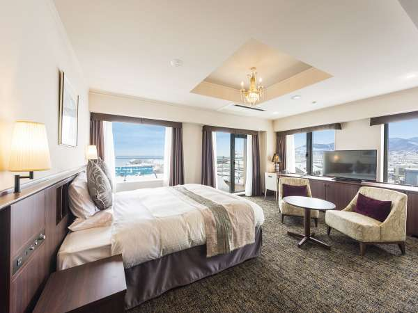 デラックスキング【南館・運河側】8階にある2室限定のお部屋。特別な日に。