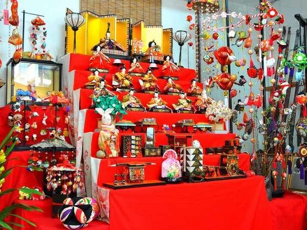 お雛祭りは豪華な段飾りがロビーに登場