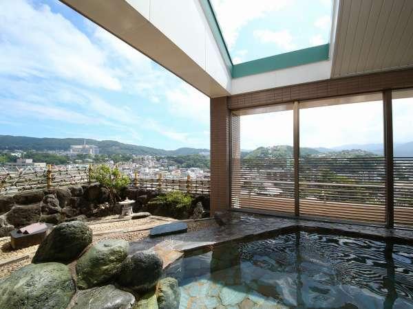 山側の露天風呂。温泉につかりながら当館最上階である10階からの景色は至福の時間です。