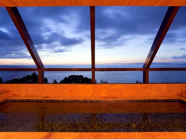 最上階にある展望浴室「霑(てん)」では幻想的な朝陽を眺めながら名湯洲本温泉をお楽しみ頂けます