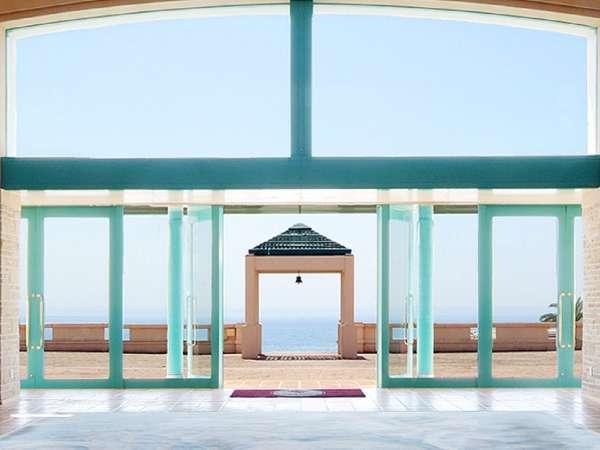 開放感あふれ、静かで美しい海が広がります。自然と共に心を込めて旅する人をお迎え致します。