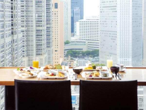 【本館25階マンハッタンテーブル】窓際席では、最上階からの高層ビル群を望みながら。