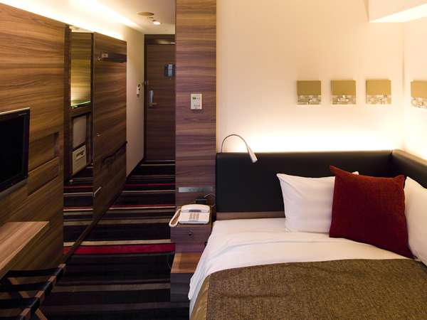 部屋面積:14.2㎡、ベッド幅:130cm壁掛TV・加湿機能付空気清浄機・ズボンプレッサー・リセッシュ