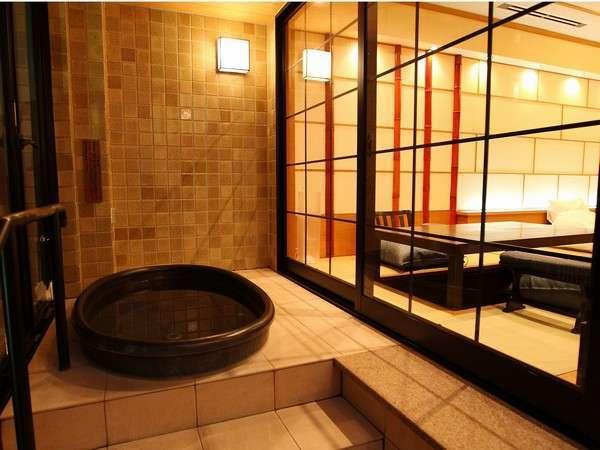【露天付洋風和室】開閉式なので冬でも温かいままご入浴可。美肌温泉をお好きな時にお好きなだけ♪洗い場付