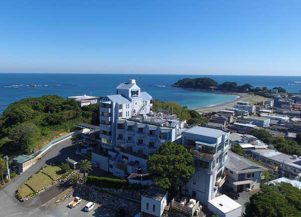 【外観】海沿い高台のため1階でも4,5階の高さ。冬にはなんと富士山が見えることも!最上階は展望室