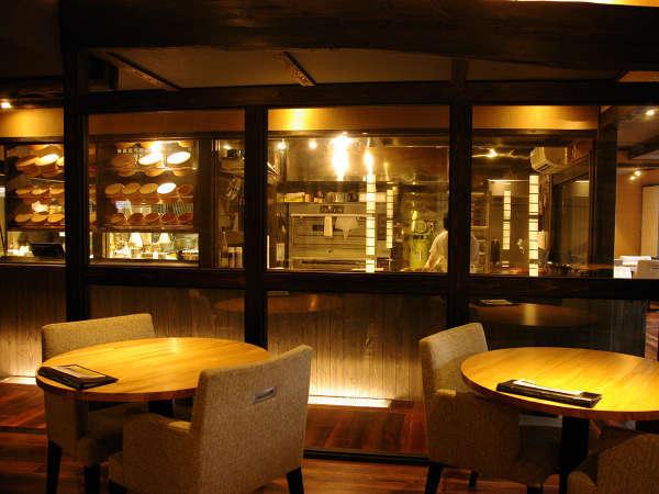オープンキッチンのレストランではパティエとシェフの調理ライブがご覧いただけます。