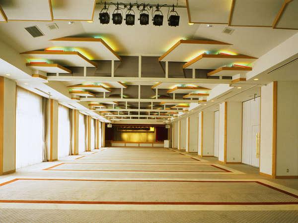 *【メインダイニング・コンベンションホール「磐梯」】お食事はもちろん、会議などにも対応しています。