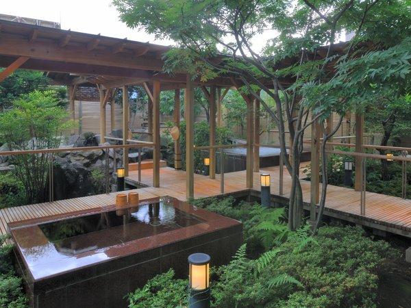 【季里の湯】男性露天全景。岩風呂・ジャグジー・サウナ・水風呂と多彩な空間。季節毎に趣があります。