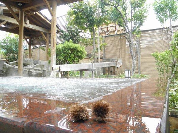 【季里の湯】女性露天ジャグジー「庭咲きの湯」。はじける泡が疲れを癒します。