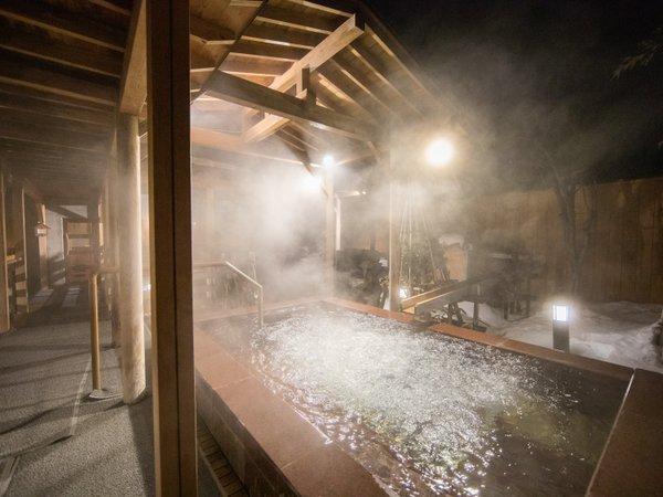 【季里の湯(夜景)】男性露天ジャグジー「泡風呂」。細かな気泡が疲れを癒します。
