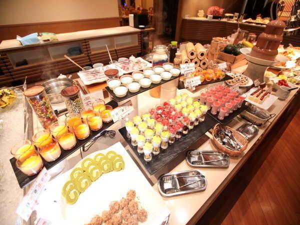 【和洋中バイキング(夕食)】各種スイーツは小さめサイズなので色々食べれて便利♪