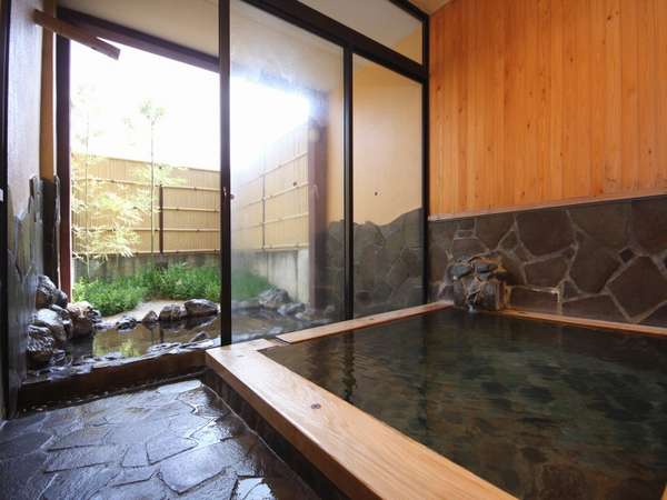 【家族風呂】24時間贅沢に掛け流される天然温泉に癒されよう…。