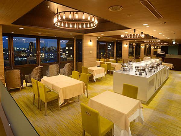 [施設] 9階レストラン レスティーニ。弥彦山、角田山が望めるスカイラウンジで優雅なお食事タイム。