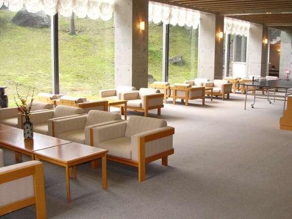 新館1階ロビー 庭園をさまざまな角度からご覧いただけます。
