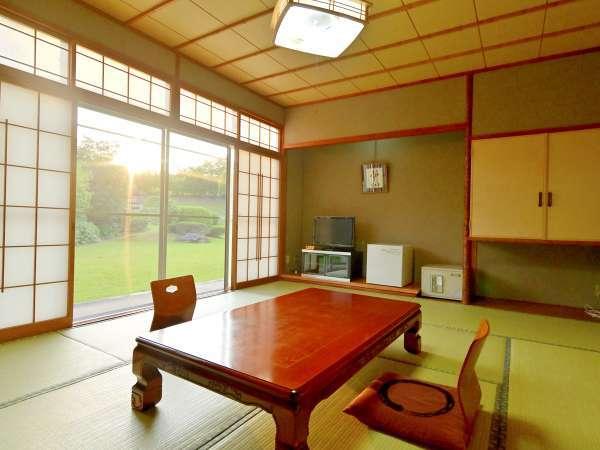 *〔本館和室〕山紫苑自慢の庭園を眺めていただける本館和室。心安らぐひと時をお過ごしください