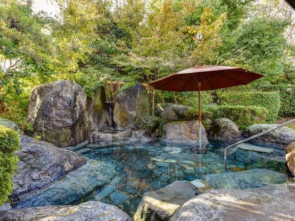*〔露天・大石の湯〕庭園の中に身を預けるように露天風呂でゆったりとお寛ぎいただけます