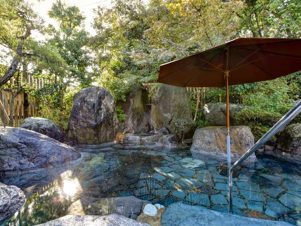 *〔露天・大石の湯〕朝日を浴びながらご入浴いただける庭園露天風呂は鹿野温泉の源泉を楽しめます。