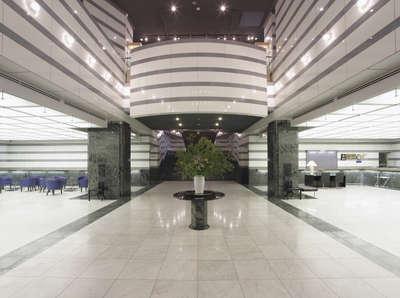 本館1階メインエントランスから見たロビースペース