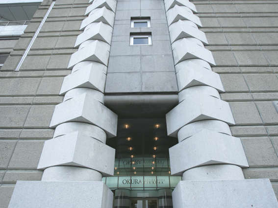 【正面エントランス】鋸石を大胆に使用した建築家磯崎新のディティールの一つ