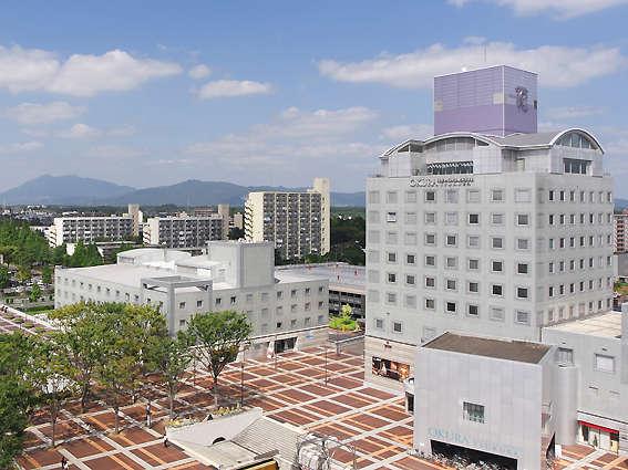 背後に筑波山を臨む、本館と別館。