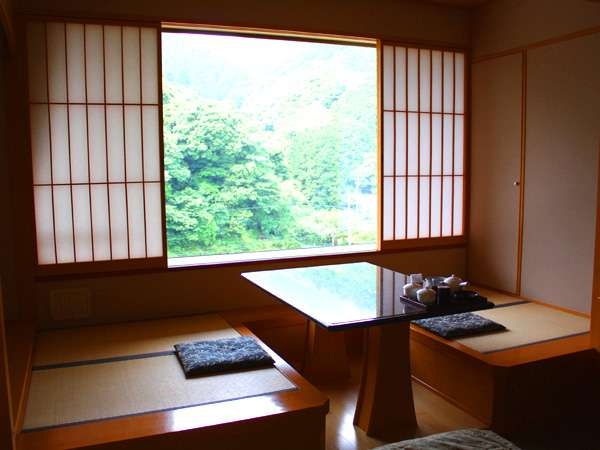 洋室でも畳の広縁の付いた落ち着けるツイン(※客室一例)