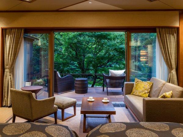 露天風呂付ガーデンスイートA:ベッドに横になりながら、耳を澄ますと、せせらぎの音、小鳥の声が届きます