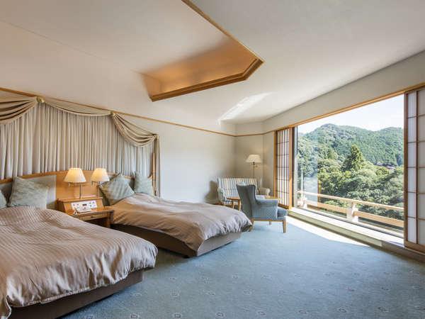 デラックスツインルーム(渓流側):川の流れを東西に広く見渡せる客室。景観を愉しみたい時に
