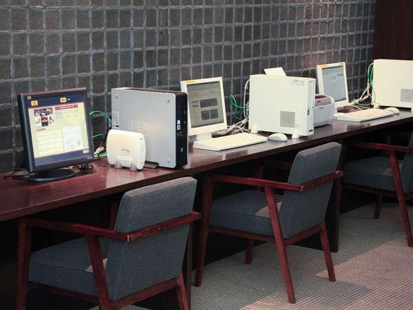 大きな暖炉の横には無料でご利用いただけるパソコンブースもございます。