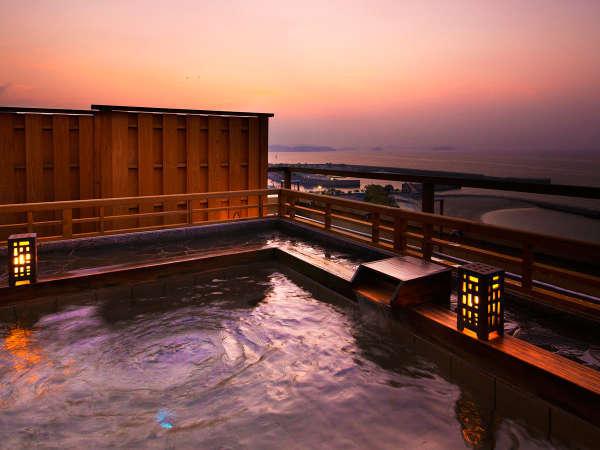 """夕陽が沈むときには金色に輝く吉良の海。露天風呂は絶好の""""ビューポイント""""です"""
