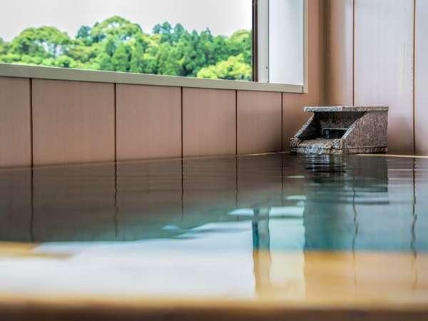 【河津桜2階】伊豆石を使った扇形の露天風呂になっています。