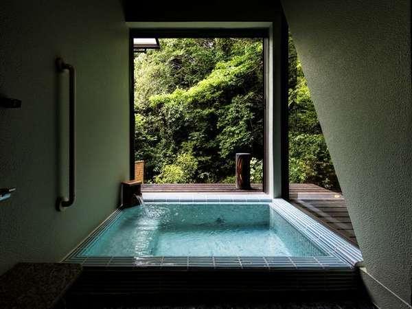 【山百合】客室専用露天風呂 レトロなタイル風呂はどこか懐かしい。森林浴をしながらの入浴は贅沢。