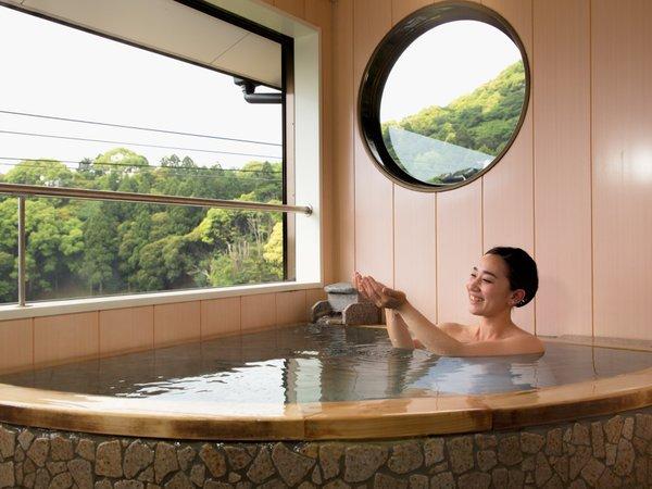 【河津桜】【花菖蒲】伊豆石を使った扇形の露天風呂になっています。