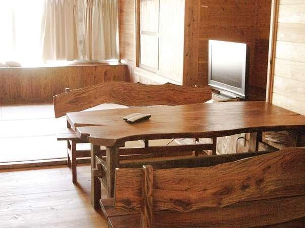 和洋室(角部屋) 室内内装やテーブルはお宿を営む木工芸店が手がけます。意外と実力派