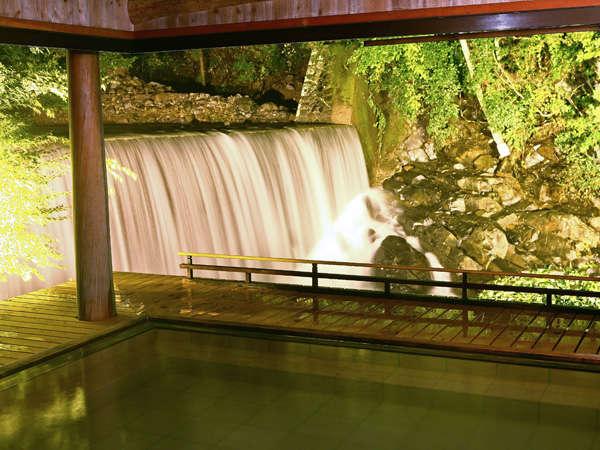 滝見乃湯(露天風呂)夜はライトアップして幻想的な雰囲気の中でご入浴いただけます。