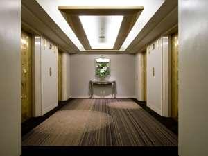 重厚感のあるエレベーターホール