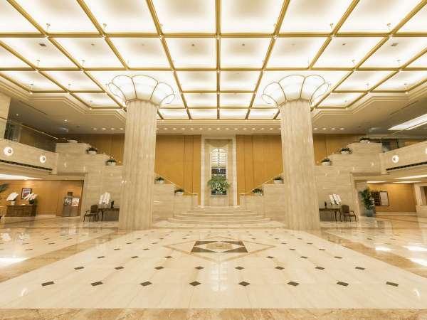 柔らかい光に包まれた開放感あるロビーは、2階まで吹き抜けとなっております。